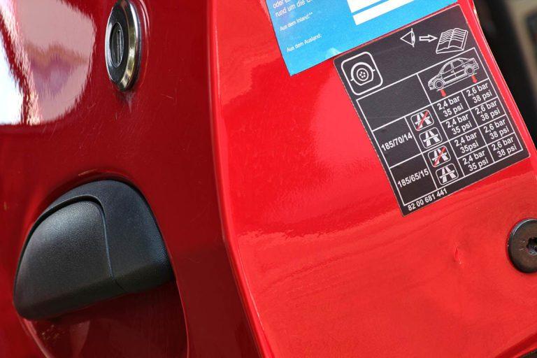 Reifendrucktabelle an der Fahrertür eines PKW
